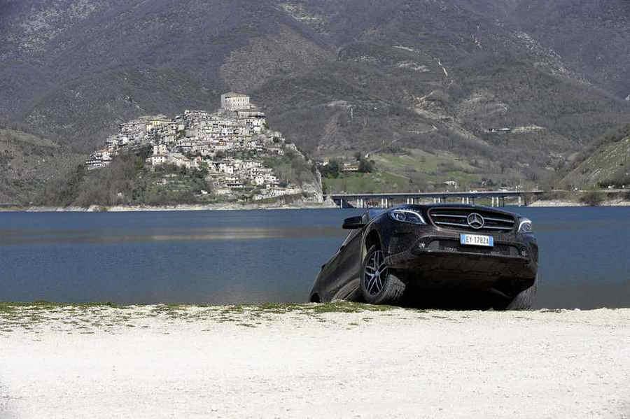 Mercedes Lago Turano Mercedes GLA SUV Enduro spiagga Colle di Tora vista Castel di Tora sullo sfondo