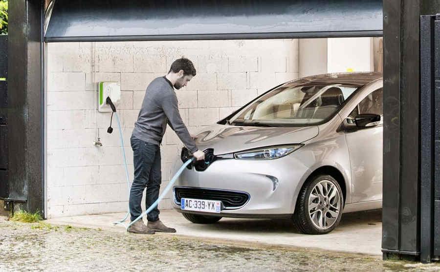 Ricarica elettrica con wallbox nel garage di casa di Renault Zoe