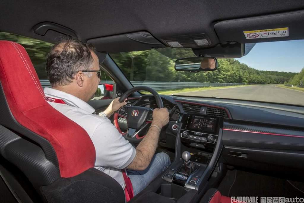 Nell'abitacolo della Honda CivicType R Giovanni Mancini a 250 km/ in autostrada