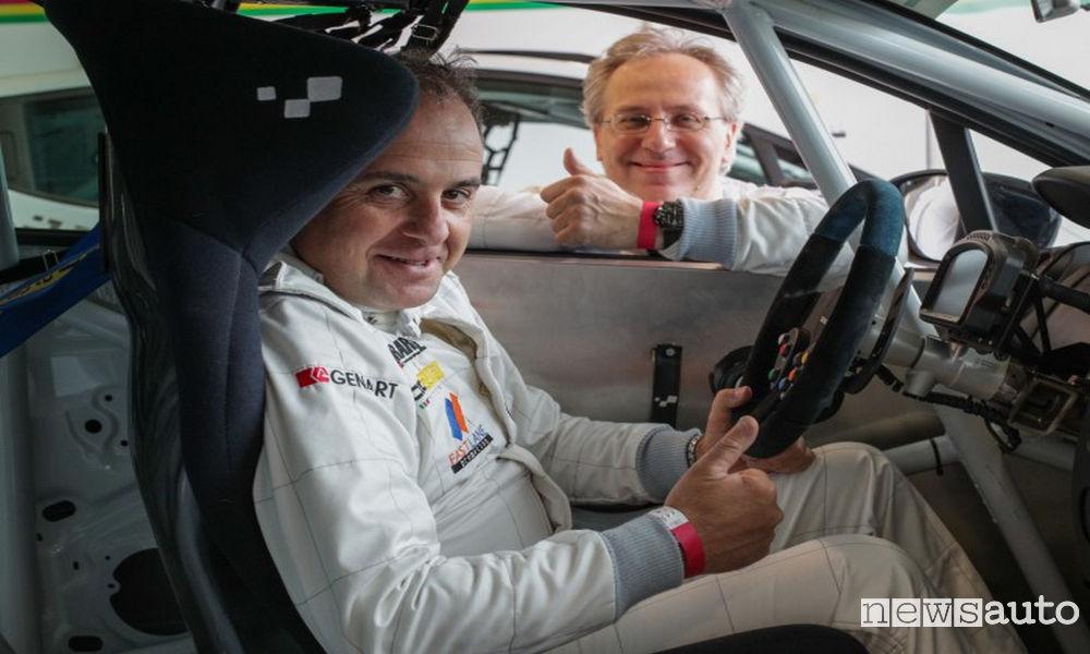 Come sta il pilota all'interno di un'auto da corsa con sedile speciale a corsa, volante estraibile e roll-bar di sicurezza. In foto Giovanni Mancini (ELABORARE - NEWSAUTO) con Andrea Stassano (Quattroruote)