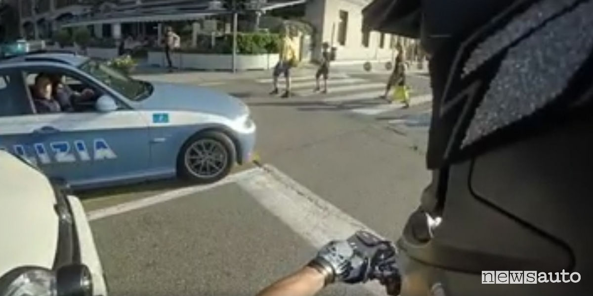 Motociclista scappa dalla polizia e pubblica il video for Prova dello specchio polizia youtube