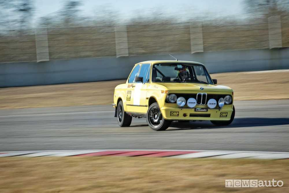 BMW 2002 Tii in pista tra le curve