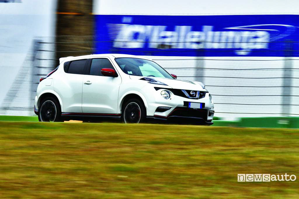 Nissan Juke Nismo RS vista laterale in pista