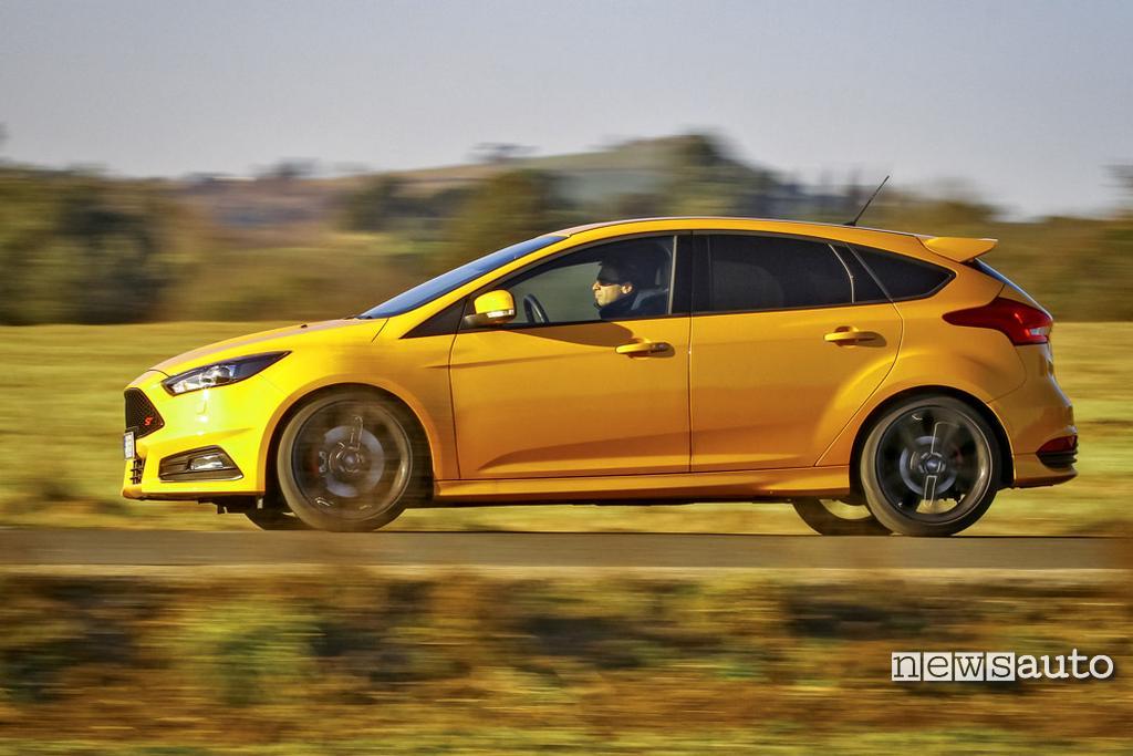 Ford Focus vista laterale versione 2017 durante la prova