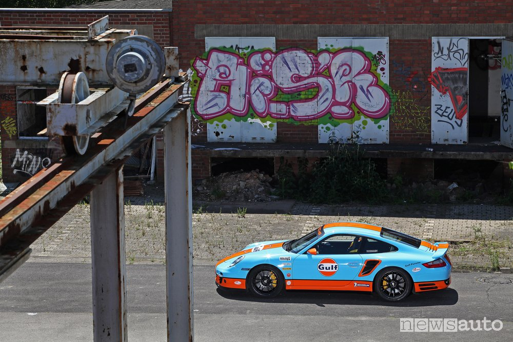 Porsche 911 Turbo Gulf vista laterale