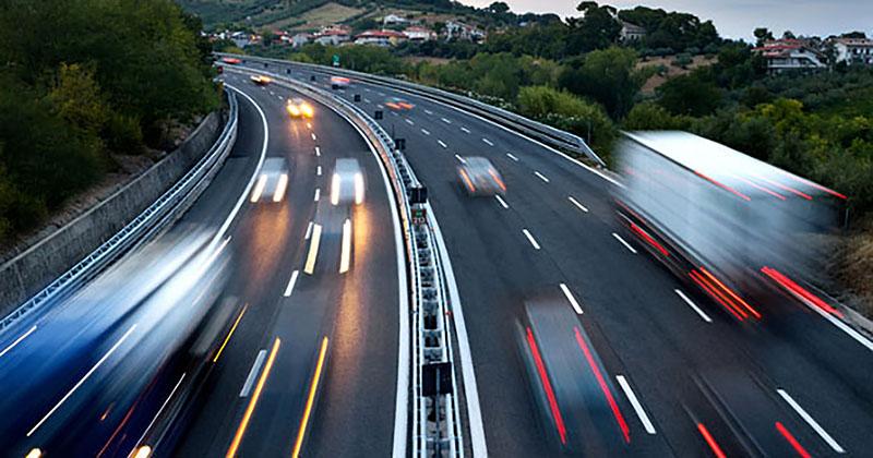 Traffico a scorrimento veloce in autostrada