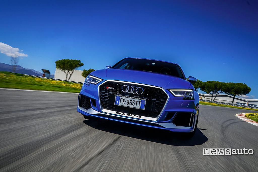 Audi RS3 2018 la prova in pista paraurti anteriore fari full led mascherina