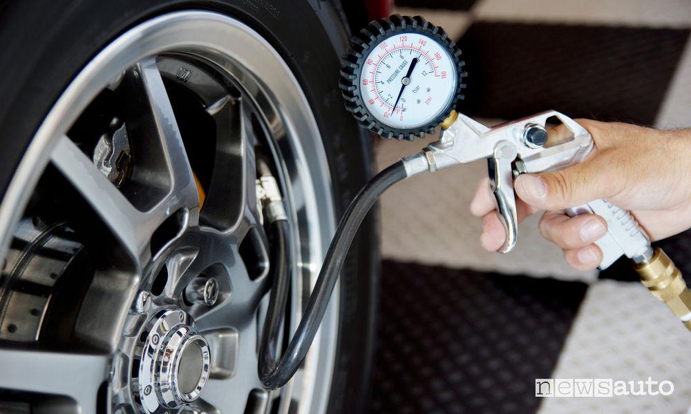 Controllo pressione gomme