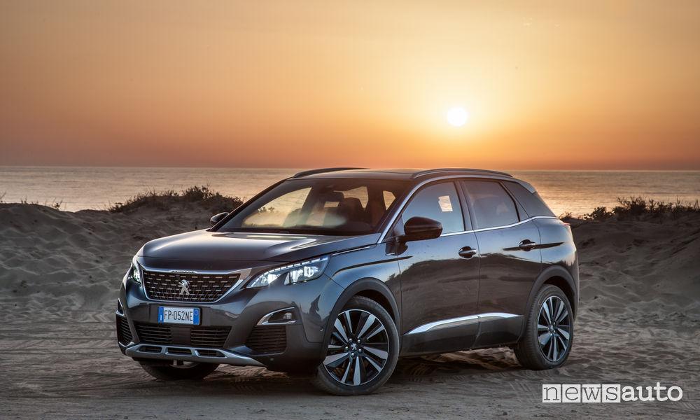 Peugeot_3008 in Sardegna, vista di profilo tramonto