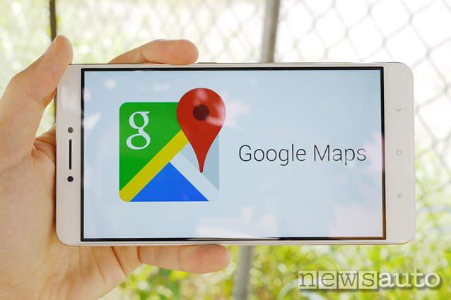 L'app andorid per smartphone google maps monitora il traffico in tempo reale