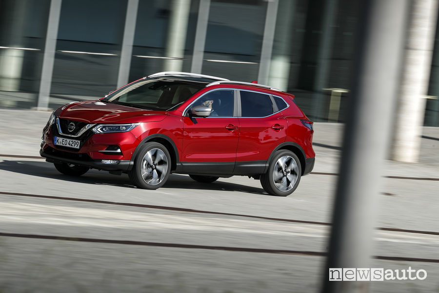 Nissan_Qashqai 2019 rosso, vista di profilo