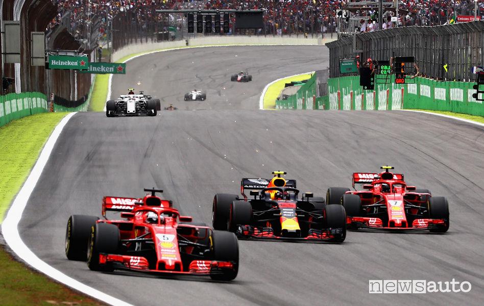 F1 Gp Brasile 2018, Vertsappen (Red Bull) fra le due Ferrari