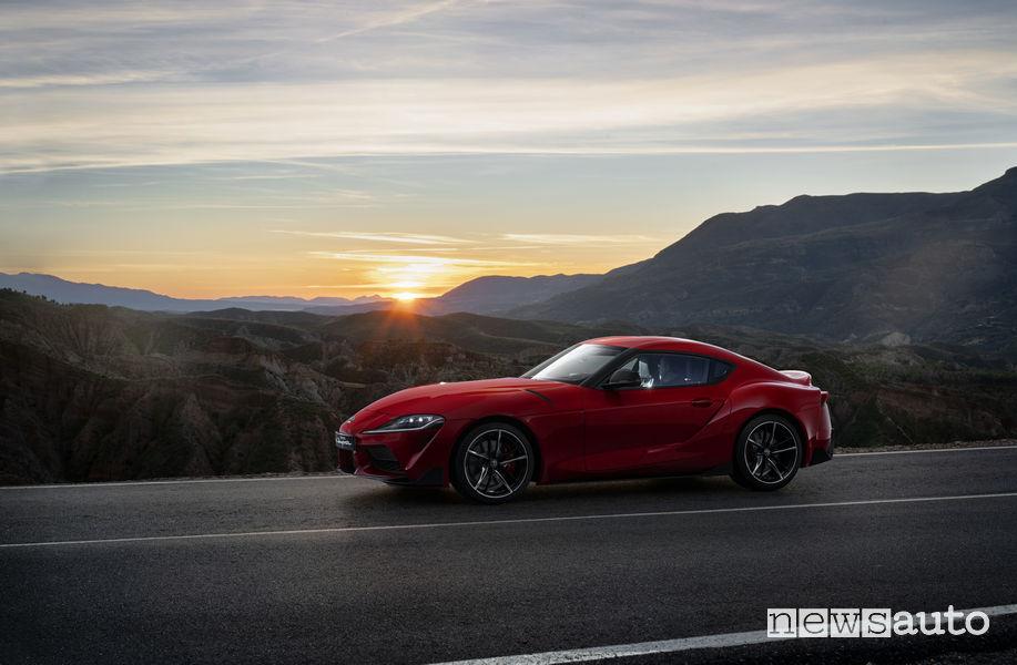 Nuova Toyota Supra rossa 2019, vista laterale