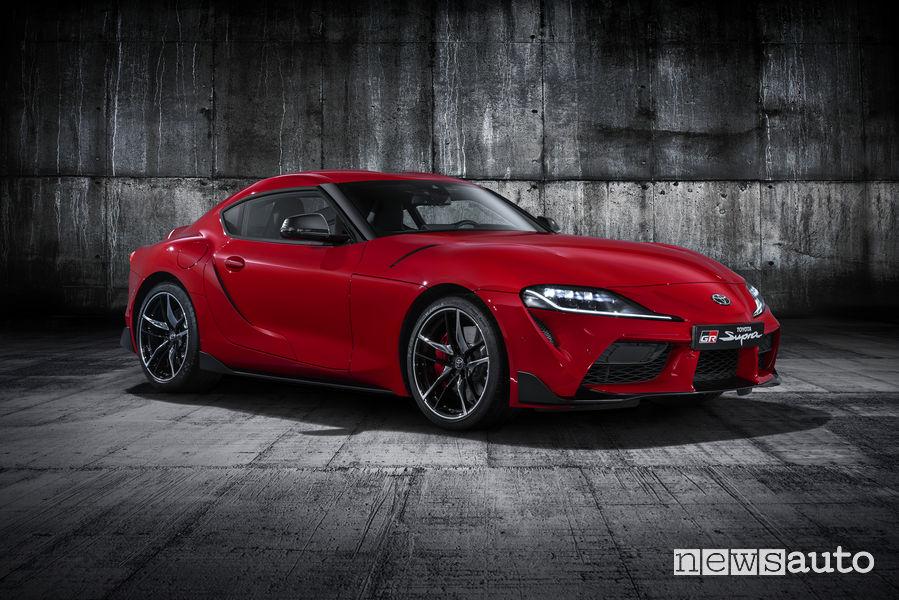 Nuova Toyota Supra rossa 2019, vista di profilo con 340 cavalli