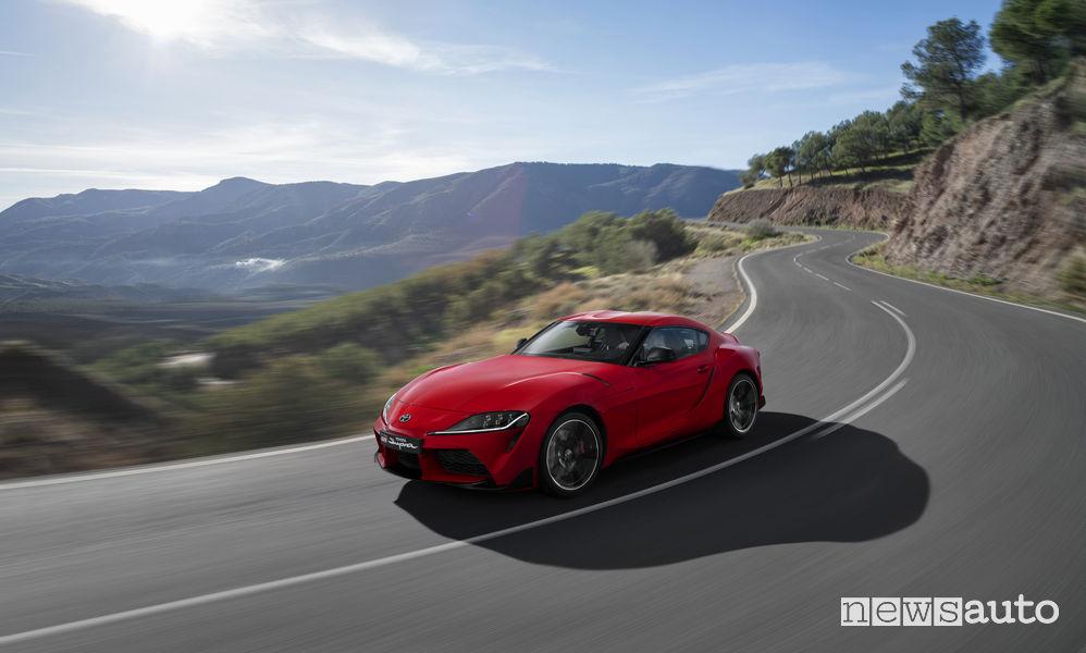 Nuova Toyota Supra rossa 2019, vista di profilo