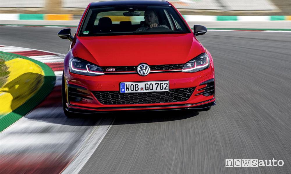 Volkswagen Golf GTI TCR rossa in pista, vista frontale