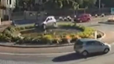 Photo of VIDEO Incidente spettacolare, con l'auto nella fontana
