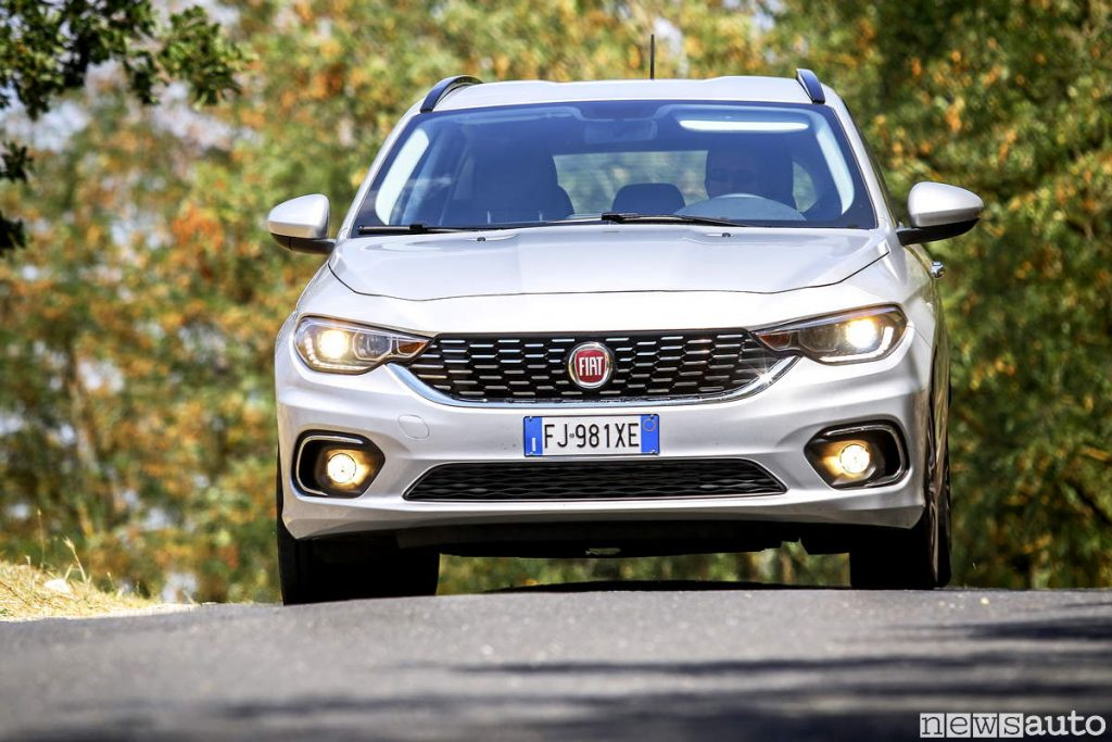 Targa auto italiana anteriore sul paraurti frontale della Fiat Tipo SW 1.6 Multijet