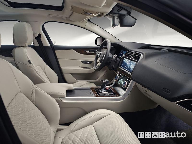 Jaguar XE 2019, sedili anteriori