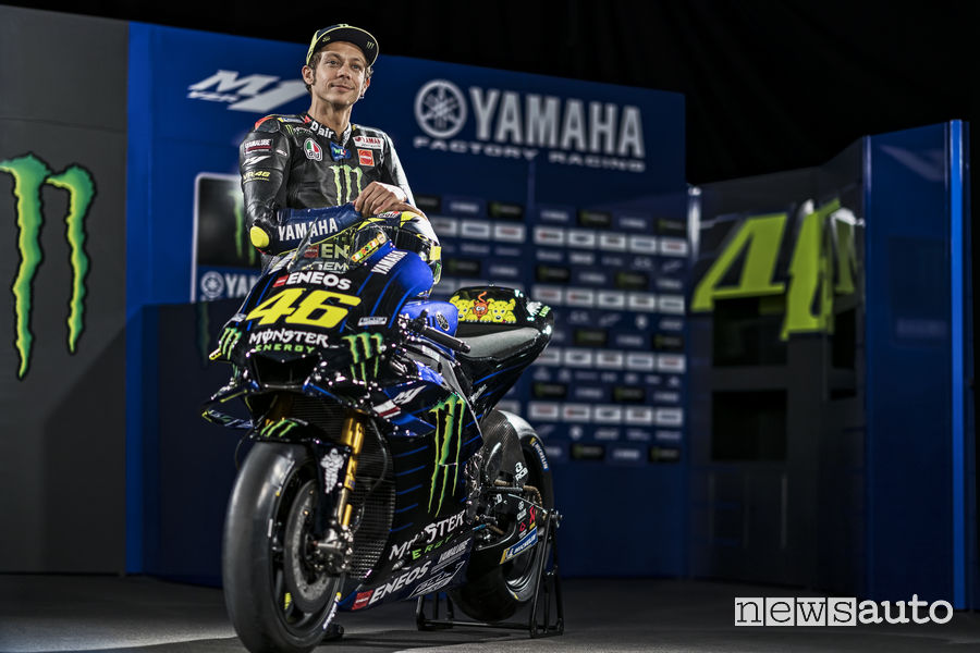 Valentino Rossi insieme alla Yamaha M1 2019 Monster Energy