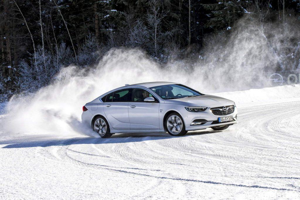 Opel Insignia Grand Sport bianca su neve drifting frontale 4x4 twinster drifting