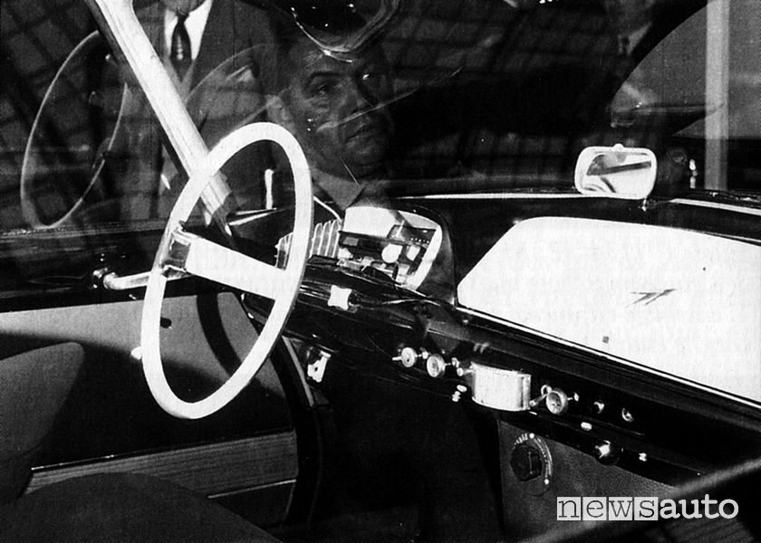 Plancia di bordo di un prototipo DS, si intravede Flaminio Bertoni riflesso sul cristallo