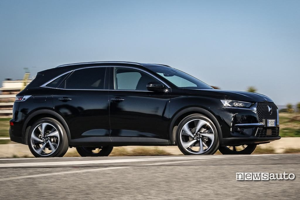 DS DS7 Crossback vista laterale movimento