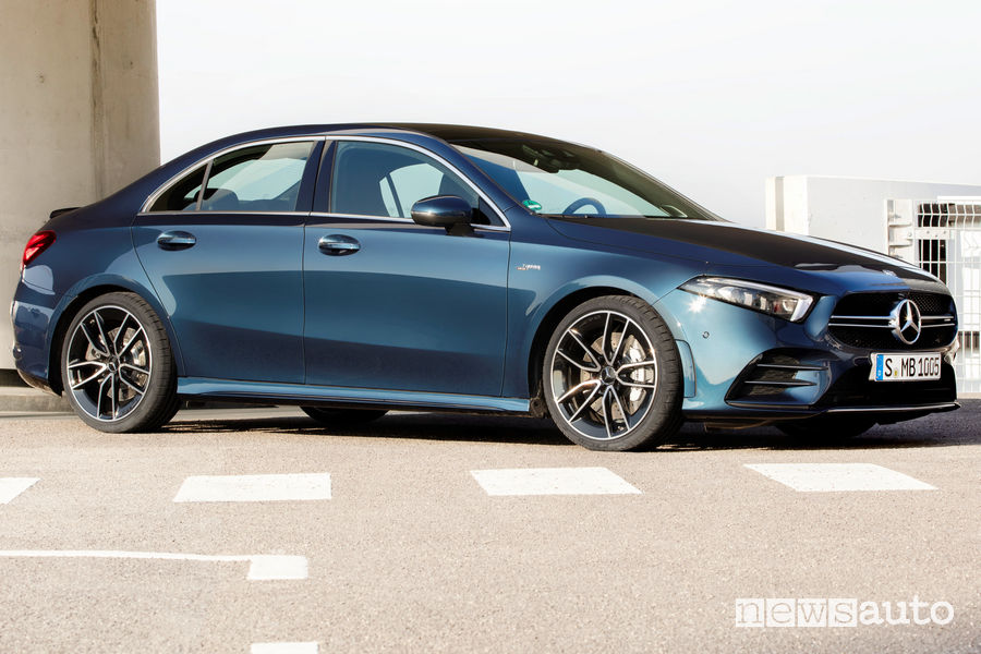 Mercedes-AMG A 35 4MATIC Sedan vista di profilo