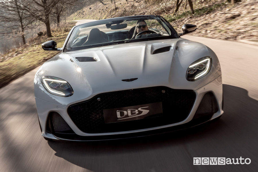 Aston Martin DBS Superleggera Volante vista frontale