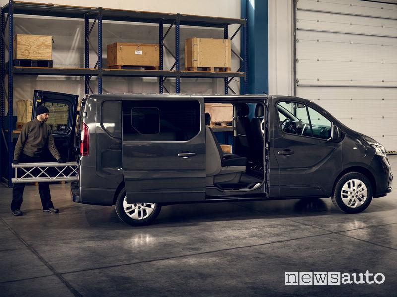 Operazioni di carico sul nuovo Renault Trafic furgone