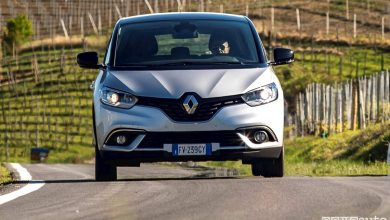 test su strada con sfondo vigneti piemontesi con la Renault_scenic_17_blue_dCi