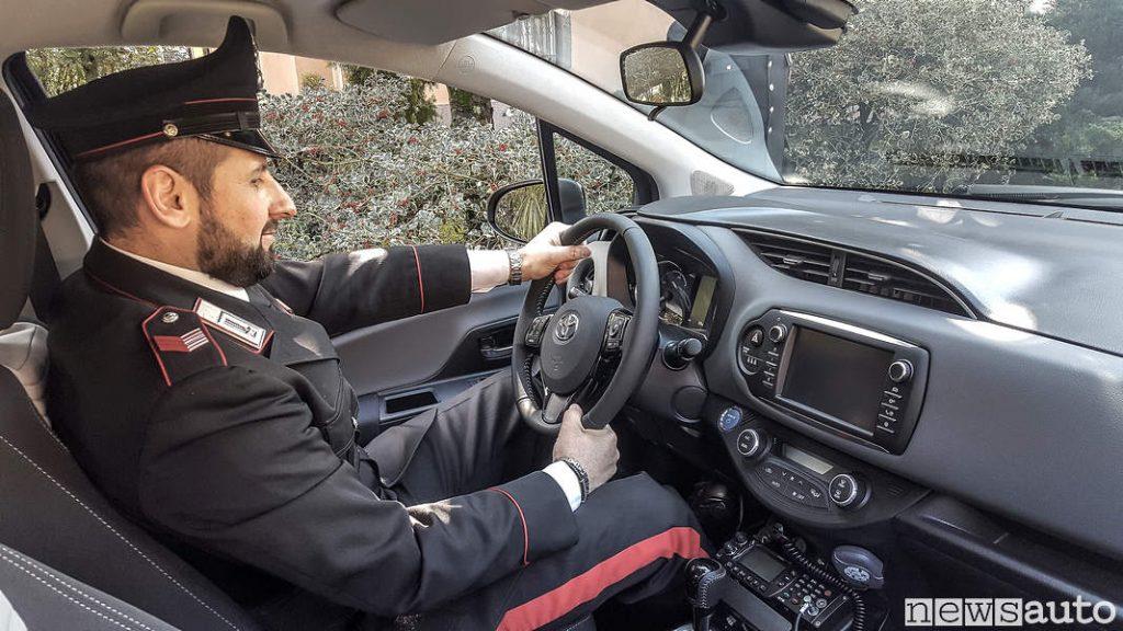 Carabinieri Toyota_Yaris Hybrid alla guida