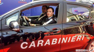 Donna Carabiniere a bordo della Toyota_Yaris Hybrid LeasePlan Italia