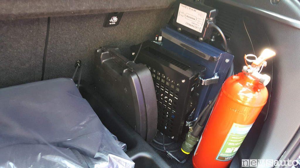 Bagagliaio posteriore con Radio ed estintore a bordo Toyota_Yaris_Hybrid Carabinieri