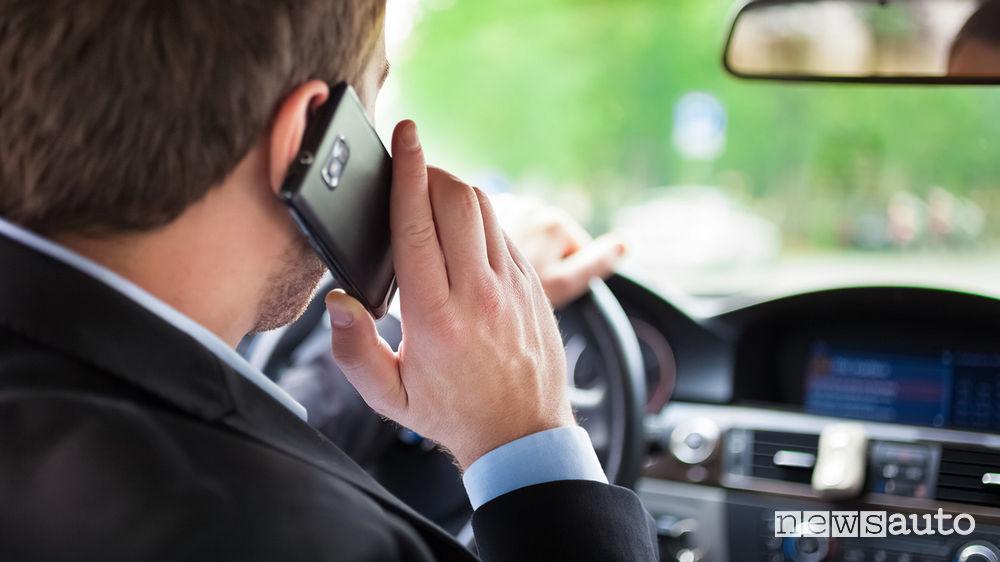 codice della strada guida con il cellulare