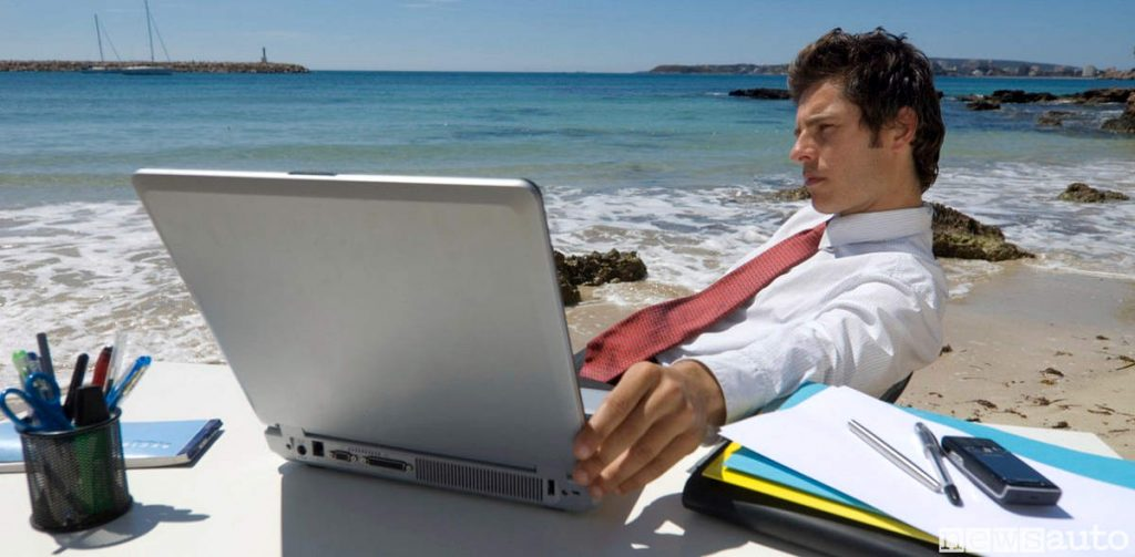 In smart working la postazione di lavoro può essere situata in posti più o meno piacevoli come questo al mare! L'importante è avere una connessione di rete.