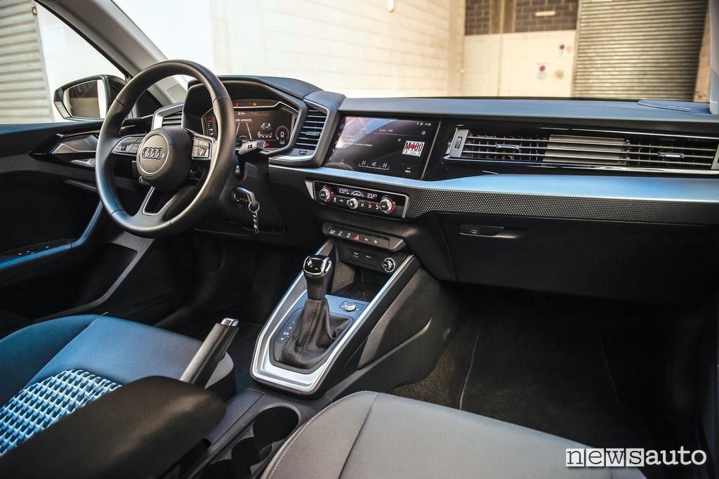 Audi A1 2019 interni abitacolo volante leva marce cambio dsg automatico