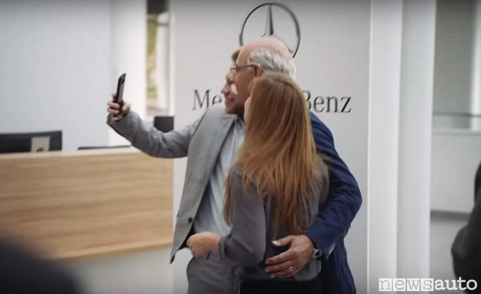 Dieter Zetsche nel video prodotto da BMW saluta i dipendenti con selfie