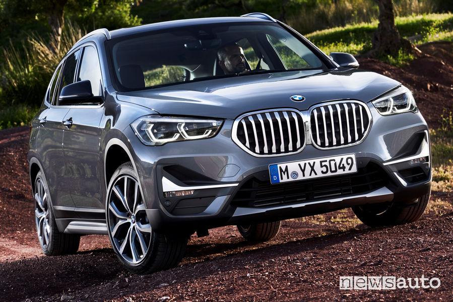 Nuova BMW X1 2019 vista di profilo sullo sterrato