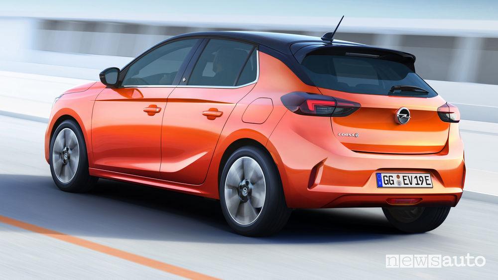 Opel Corsa-e elettrica vista posteriore in movimento