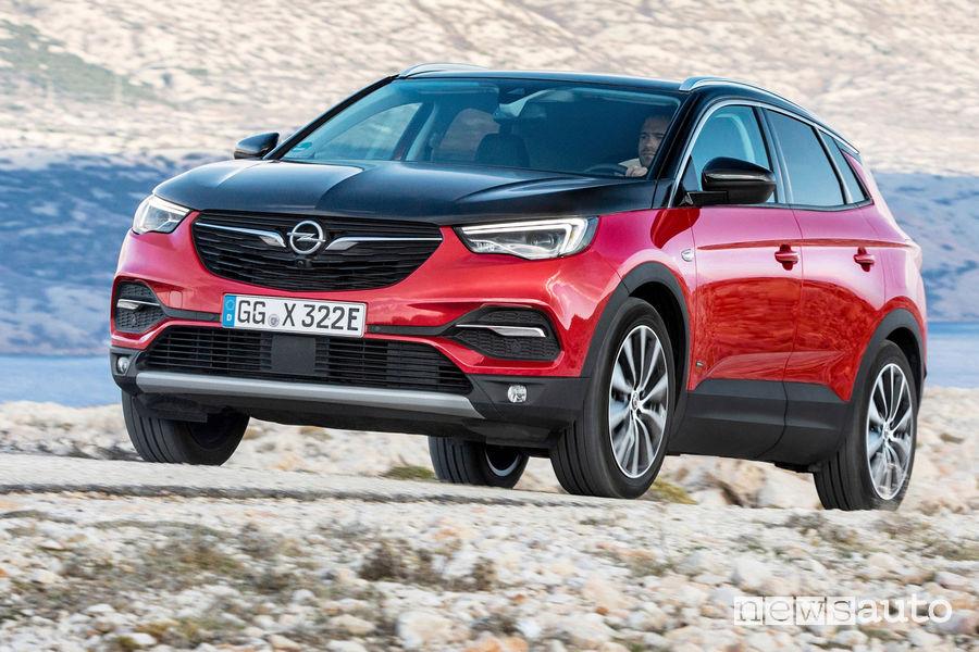 Opel Grandland X Hybrid4 vista di profilo sterrato