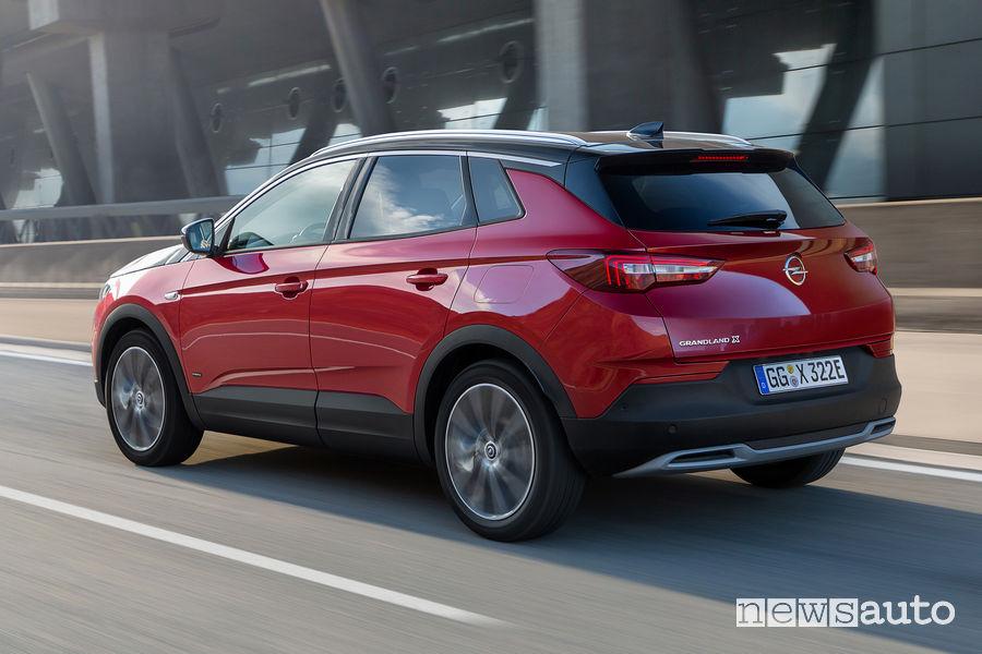 Opel Grandland X Hybrid4 vista posteriore