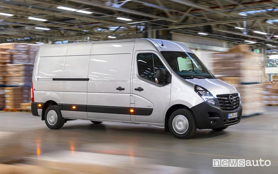 Opel Movano 2019 vista laterale in movimento