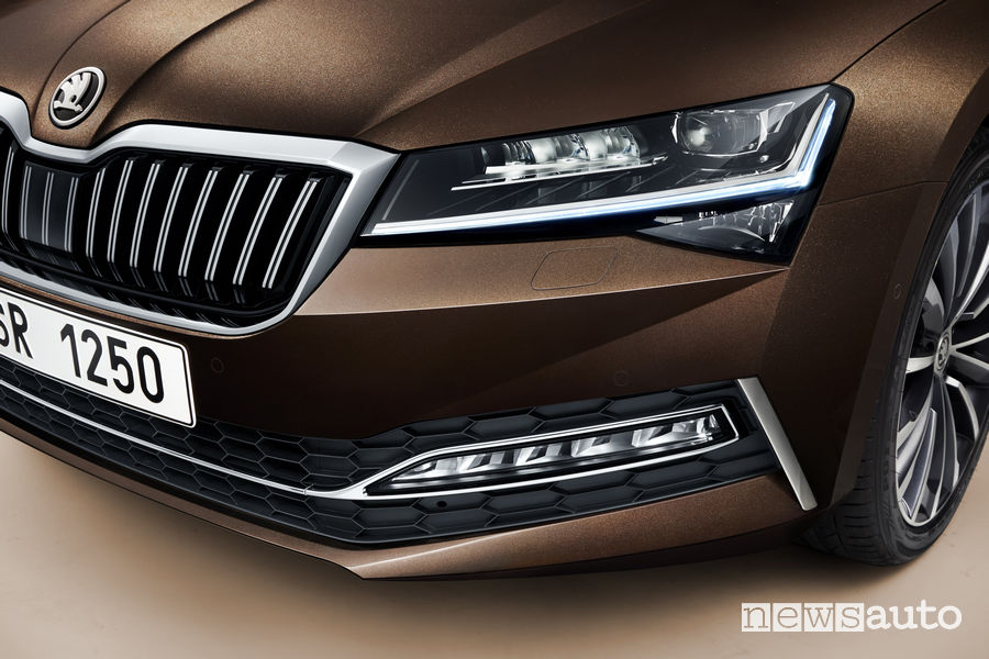 Skoda Superb fari anteriori Matrix Led