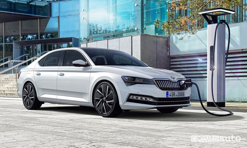 Skoda Superb iV ibrida plug-in ricarica