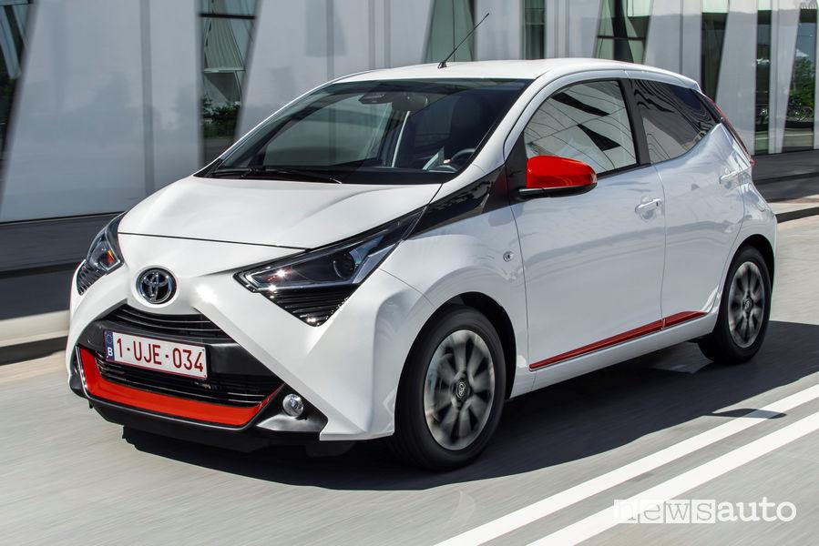 Toyota Aygo Connect bianca vista di profilo