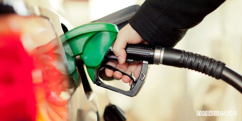 pistola del carburante inserita nel bocchettone durante la fase di rifornimento alla pompa