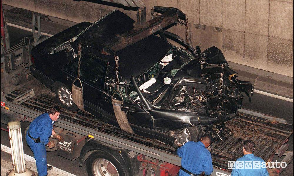 Mercedes S 280 di Diana dopo lo schianto nel tunnel dell'Alma di Parigi sul carro attrezzi