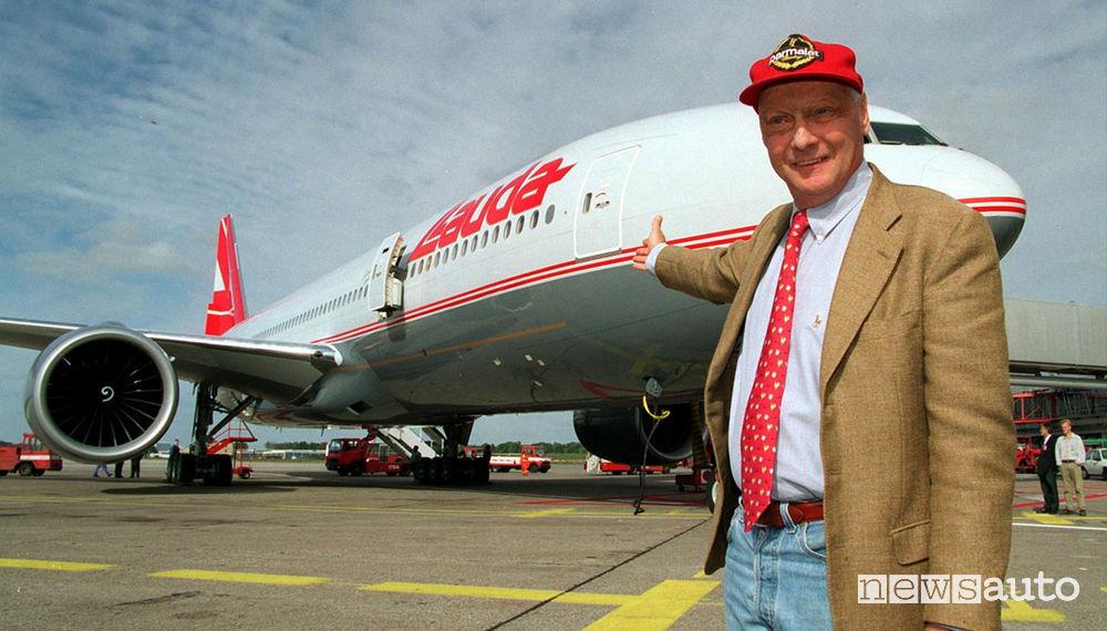 Niki Lauda posa davanti ad un aereo della Lauda Air