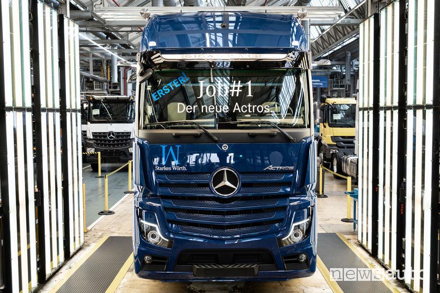 Il primo Mercedes-Benz Actros dell'ultima generazione appena uscito dalla linea dello stabilimento di Wörth